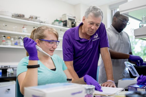 Schwiesow and Tepper working on coral research during CSRI 2019
